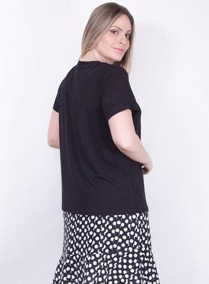T-Shirt em Malha com Recorte no Decote e Aplicação de Pérolas