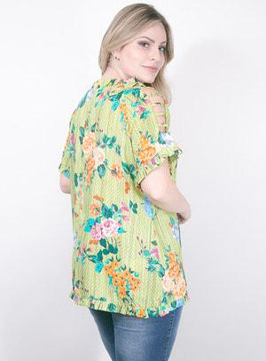 Blusa em Viscose com Recortes nos Ombros e Detalhes de Amarração na Gola e Babado Verde