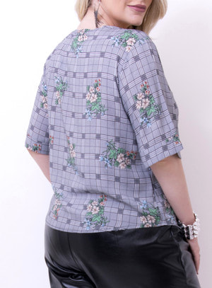 Blusa em Viscose com Gola Princesa e Estampa Xadrez com Floral