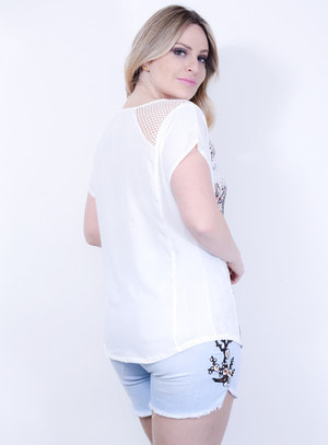Blusa em Crepe com Estampa Floral Localizada e Detalhe no Decote em Arrastão