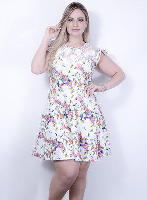 Vestido em Malha Estampada Acinturado com Tule e Aplicação de Rosas no Decote