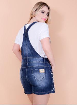 Jardineira Jeans Short Saia com Aplicação em Pérolas