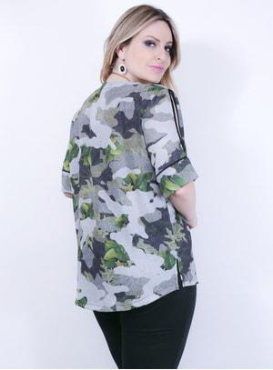 Blusa em crepe com Estampa Camuflada e Gola V