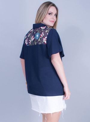 Camisa em Crepe com Detalhe em Tela Bordada Azul Marinho