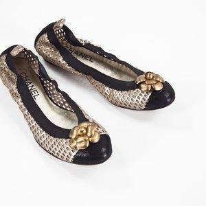 Sapatilha Chanel em couro preta com dourado