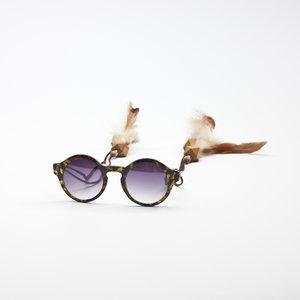 Óculos com pena em armação tartaruga