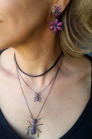 Colar formiga pink grande ródio negro semijoia