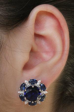 Brinco Flor azul decorada com zircônias cristais azuis em prata 925 no banho ródio