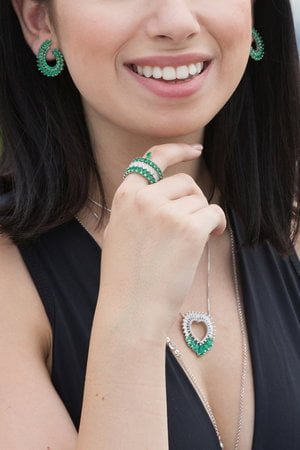Aliança Navetes com detalhe e zircônias na cor verde - Semi-Jóia