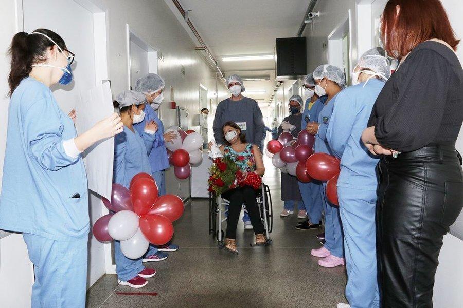 Paciente com alta do covid no mini   hospital carlos rodrigues 08