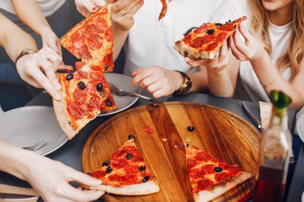 Amigos fofos em um cafe eatting uma pizza 1157 21850