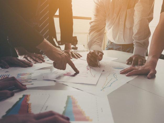 O grupo de reuniao do homem de negocios analisa o desempenho e o crescimento da empresa incorporado com papel de dados da informacao 20693 135