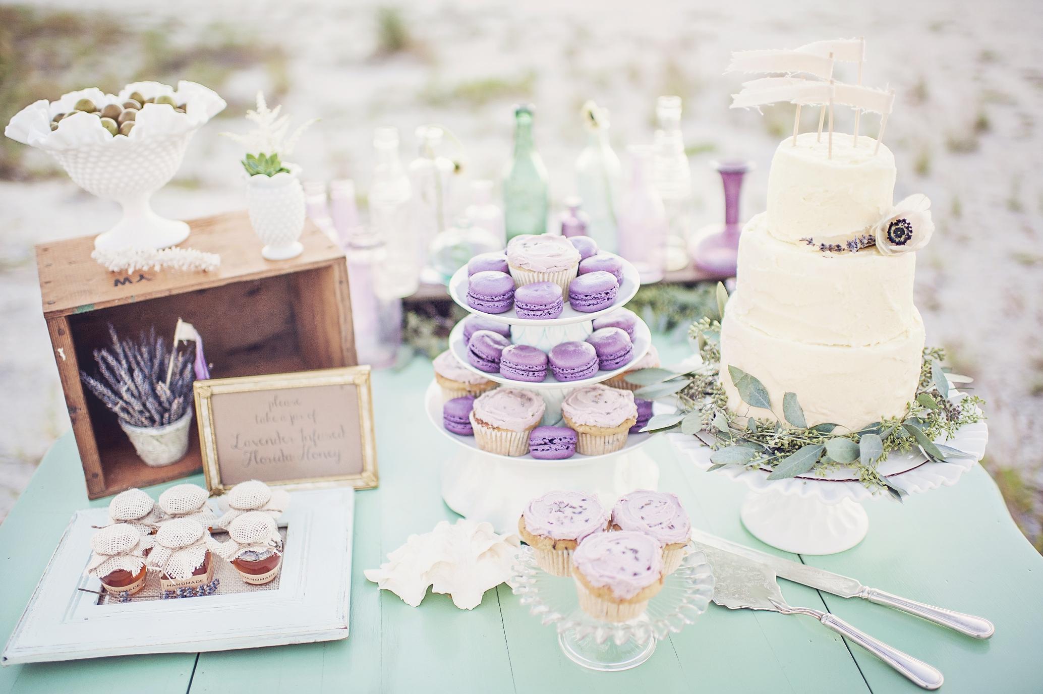 Lindas ideias de bolos de casamento com lavanda