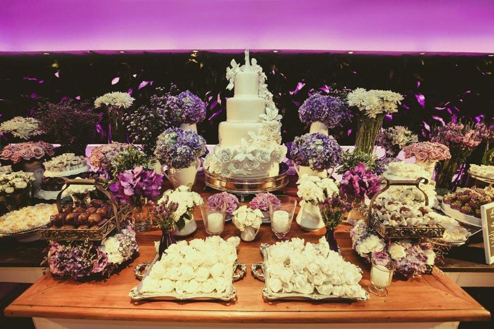 Casamento com decoração em tons de roxo e rosa – Flávia e Arthur