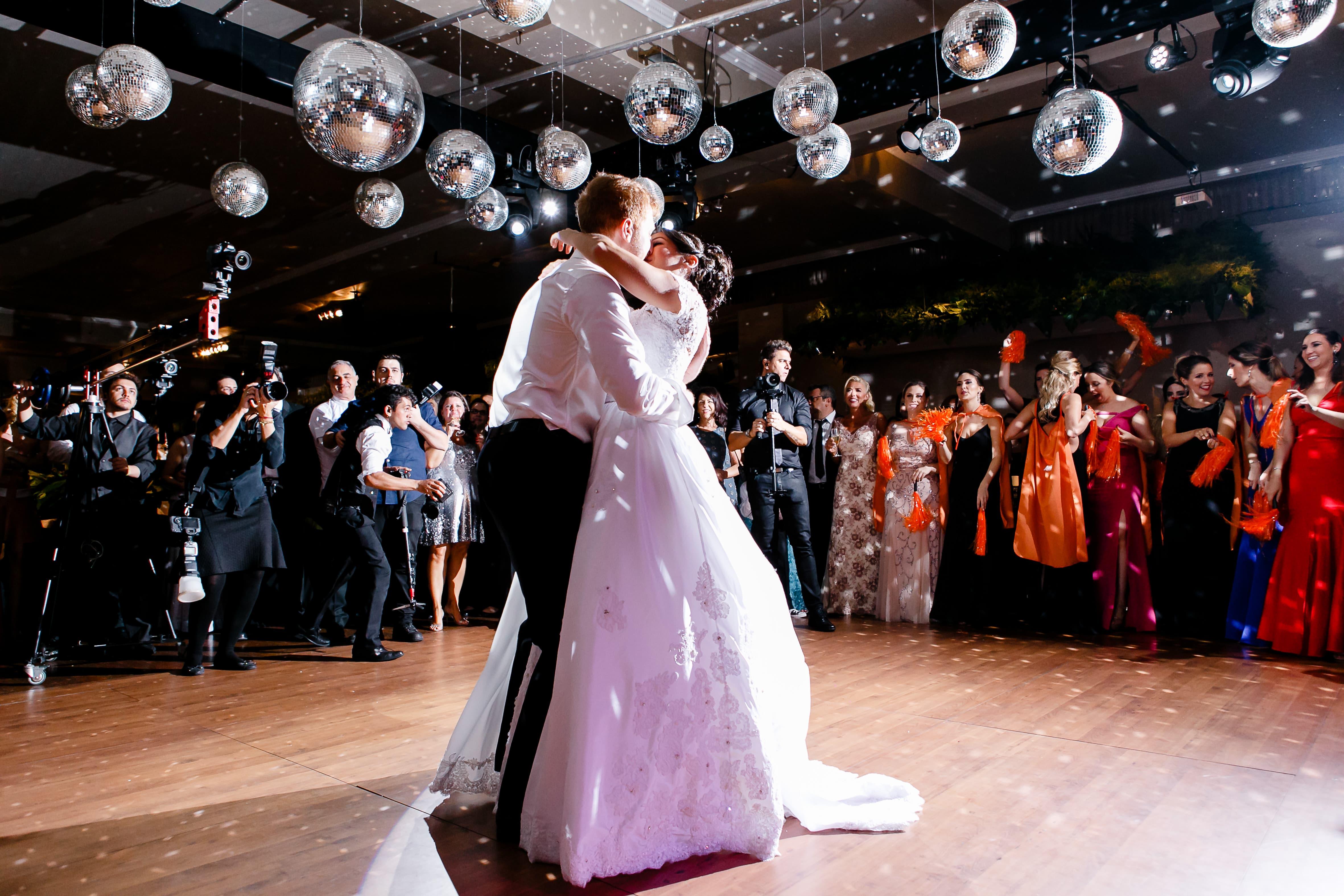 Casamento com decoração preta com folhagens – Jennifer e Artur