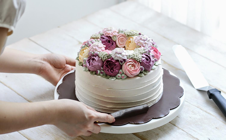 Artista transforma rosas e cactos em decoração de bolo