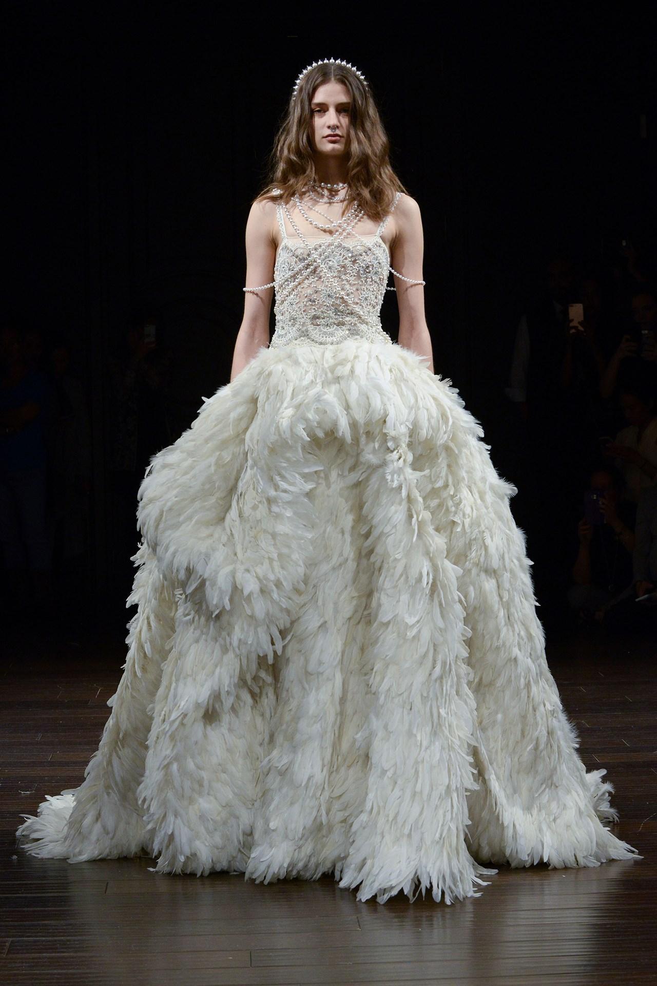 tendencia-vestido-noiva-2018-volume-plumagem-Naeem Khan
