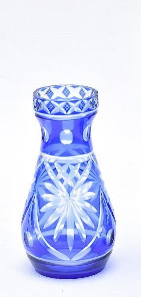 Pequeno vaso de cristal tcheco, Double azul, lapidação geométrica. Altura 12 cm. pequeno bicado na b