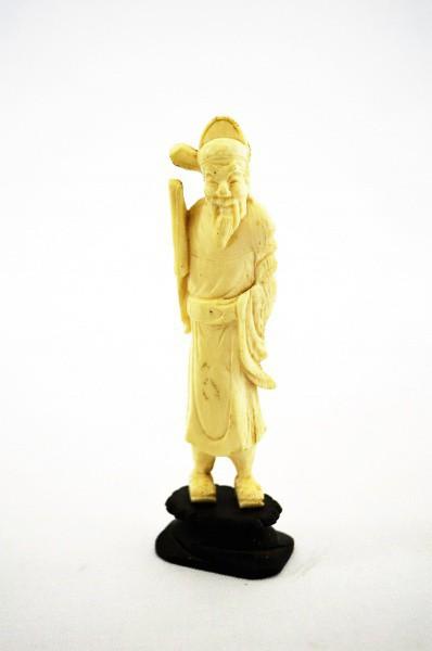MARFIM- Estatueta de ancião camponês ricamente trabalhado. Med: 15cm com base de moldura.