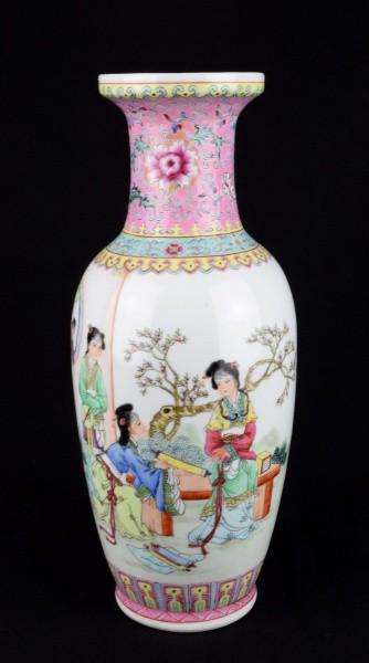Grande jarro em porcelana chinesa ricamente policromada e filetada à ouro representando cenas cotid