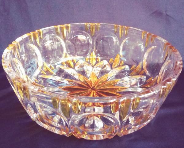 Centro de mesa feito de cristal com partes na cor âmbar, lapidação em formas circulares, Sol e raios