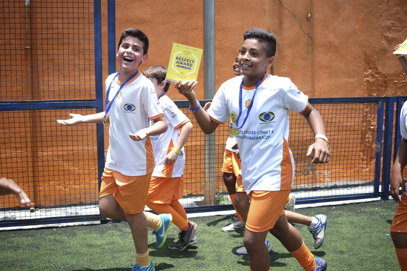Alunos comemorando o título do torneio.
