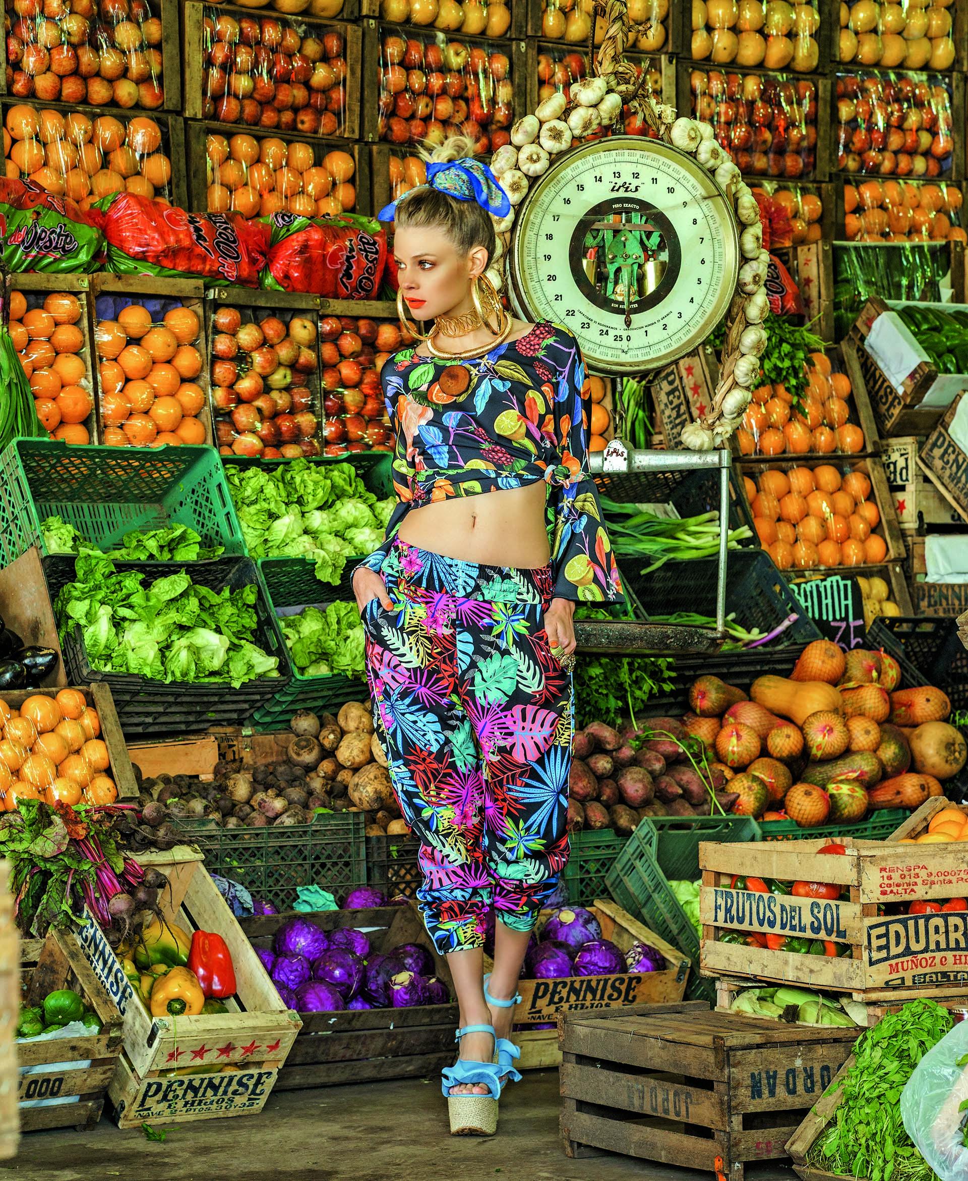 Blusa con estampa de frutas y pájaro ($ 1.390, Las Pepas), pantalón con estampa de hojas ($ 2.400, Melocotón) y collar con dije de madera (Mai Cassal).