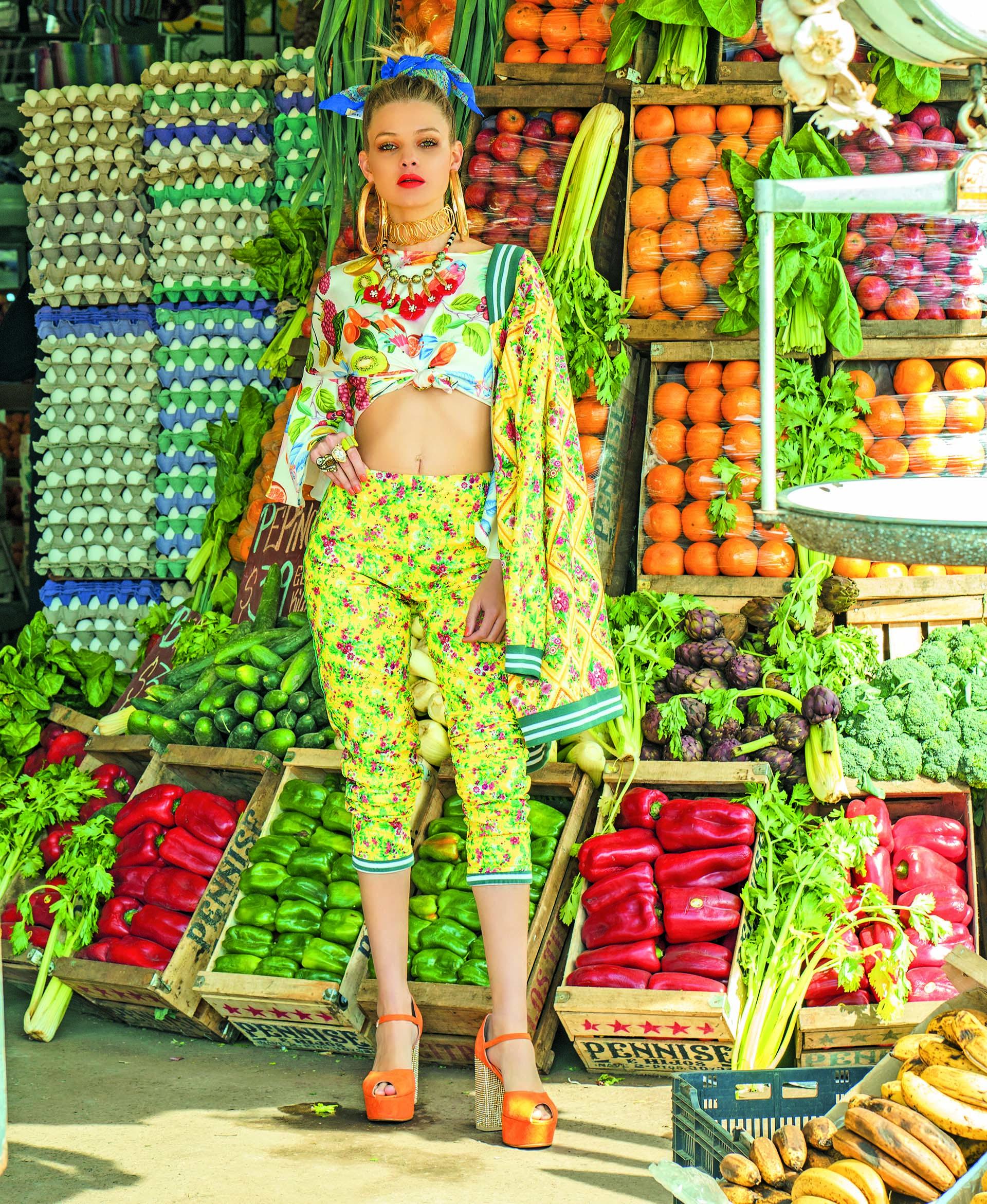 haqueta y pantalón estampado (Vevû), blusa de gasa estampada ($ 1.390, Las Pepas) y sandalias de gamuza y tacos con tachas ($ 4.990, Sofi Martiré).
