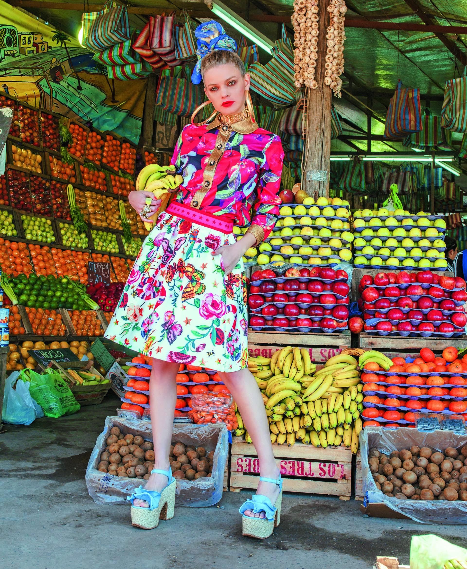 Camisa con estampa de manzanas y falda con estampa de flores ($ 3.890 y $ 4.890, Brava) y sandalias de gamuza con volados ($ 4.110, The Bag Belt).