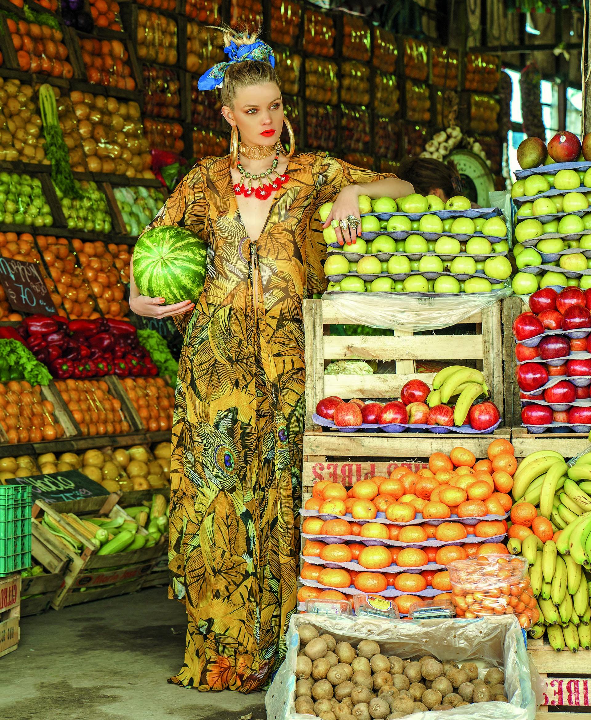 Kimono y pantalón de seda con estampa de hojas ($ 5.200 y $ 4.540, Mónica Socolovsky para Sathya) y collar con dijes de flores ($ 1.250, Los Vados del Isen).