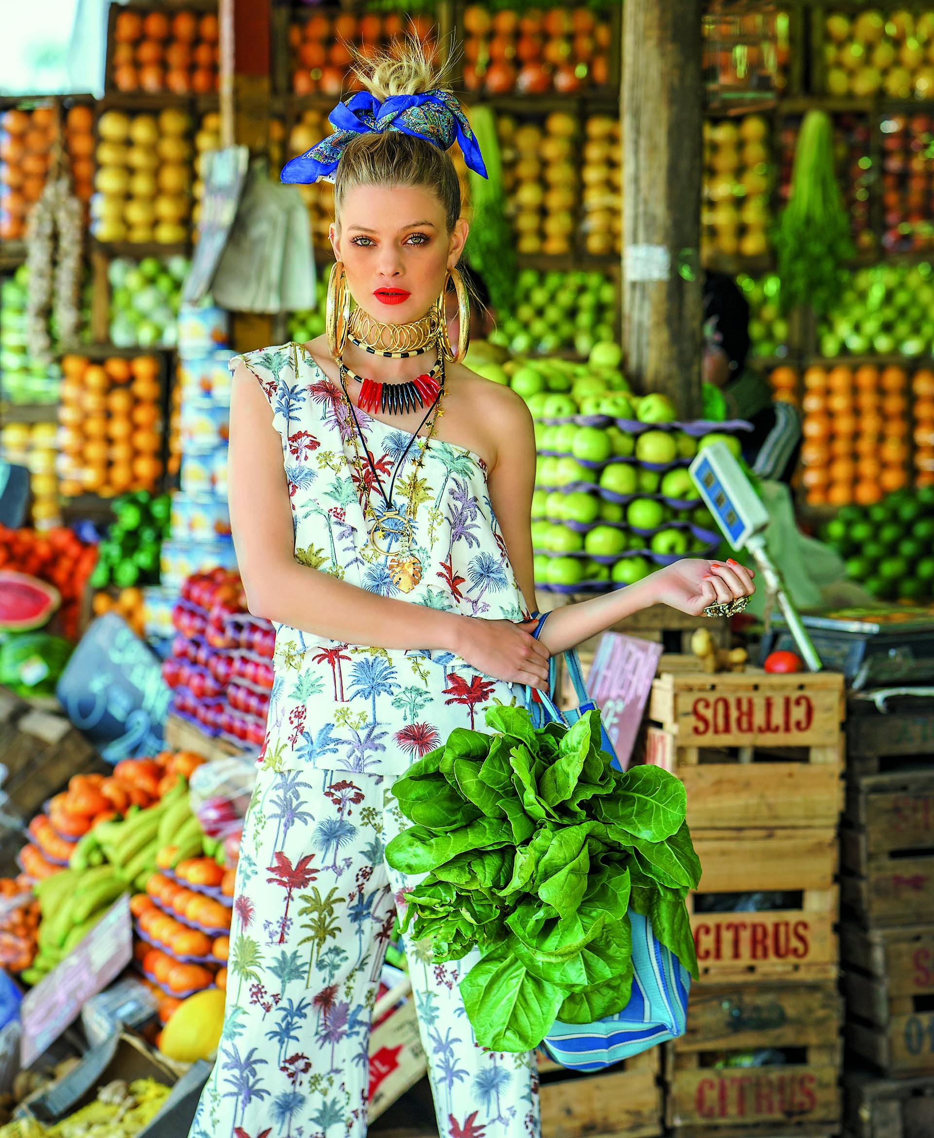 Top con volados y pantalón pijama con estampa de palmeras ($ 2.990 y $ 2.950, Carmela Achaval).