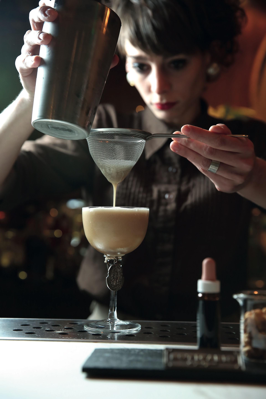 """Santo Remedio, el trago ideado por Vanesa Piccardi, con bourbon para desentrañar el mito de """"bebida para hombres""""."""