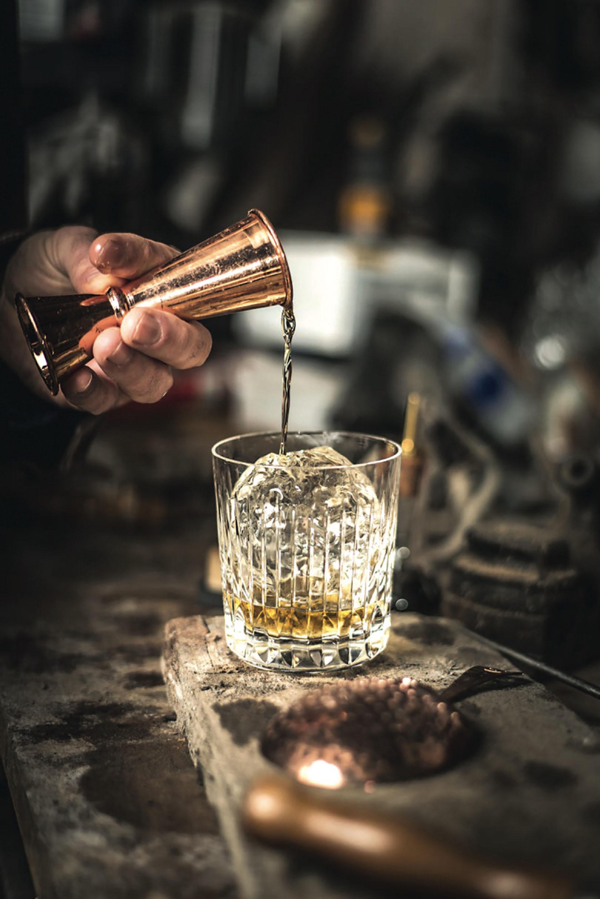 Una medida y la roca perfecta para degustar un whisky J. W.
