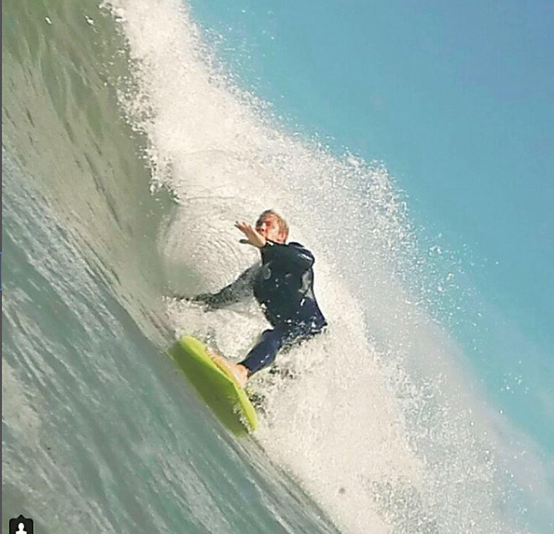 Haciendo surf, una de sus pasiones.