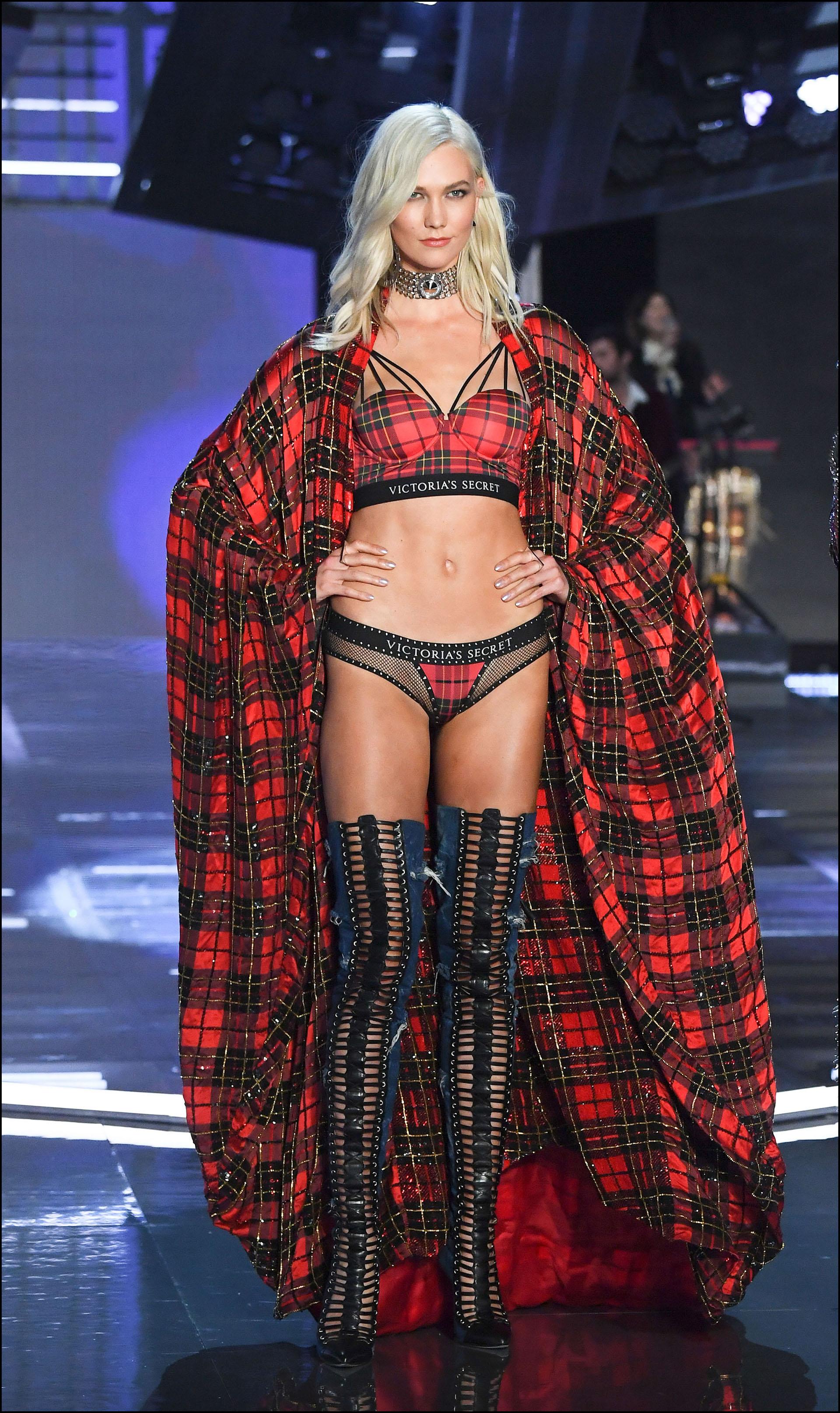 Karlie Kloss con el estilo punk ideado por la intervención de la marca de lujo Balmain