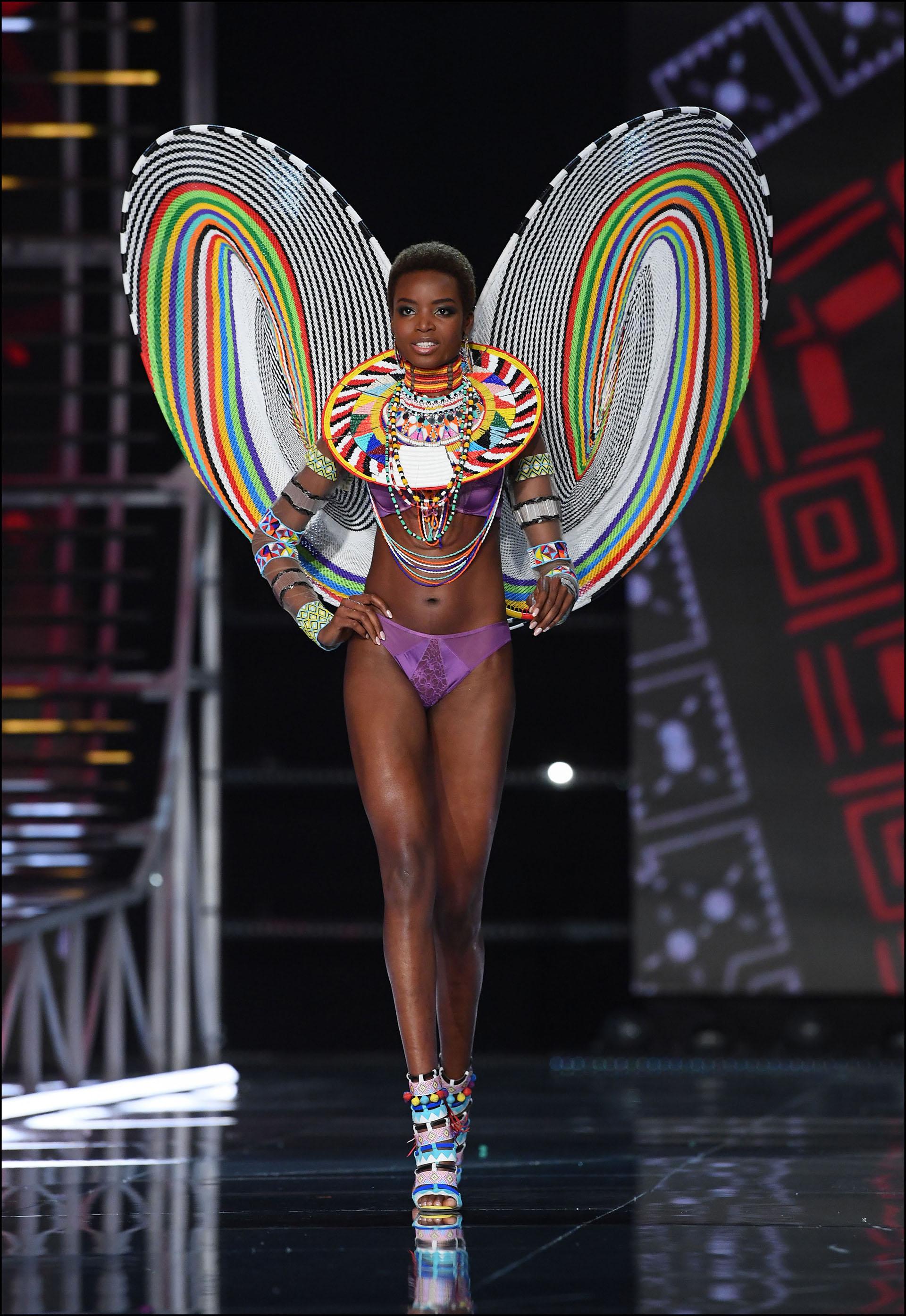 Maria Borges desplegando las imponentes alas características de la firma de lencería