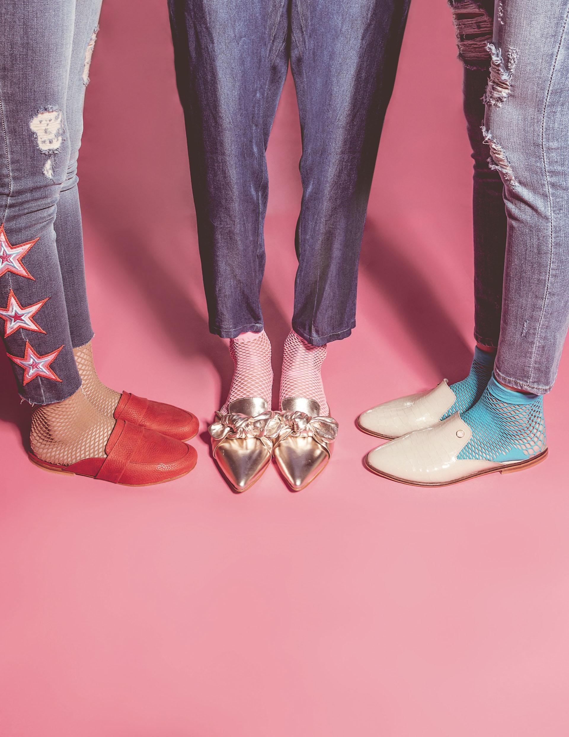 1. Jean chupín con estrellas bordadas ($ 2.799, Melocotón), soquetes de red (Mora) y slippers de cuero ($ 1.290, XL Extra Large). 2. Babucha de jean ($ 1.200, Estancias), soquetes de red y slippers de cuero metalizados con nudo (Domani). 3. Jean chupín con roturas ($ 2.749, Levi's), soquetes de red (Mora) y slippers de cuero charolado ($ 2.000, Viamo). Fotos Juanma Rodríguez/ Para Ti