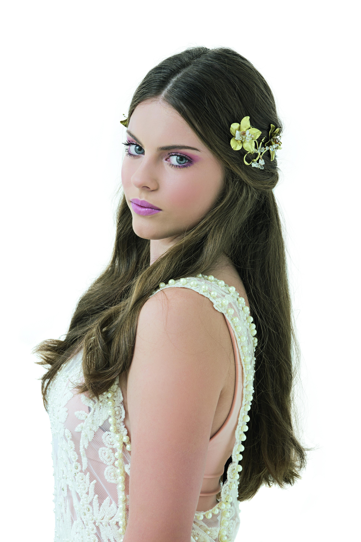 Media colita, la mirad recogido con una corona de flores, otra opcion re canchera