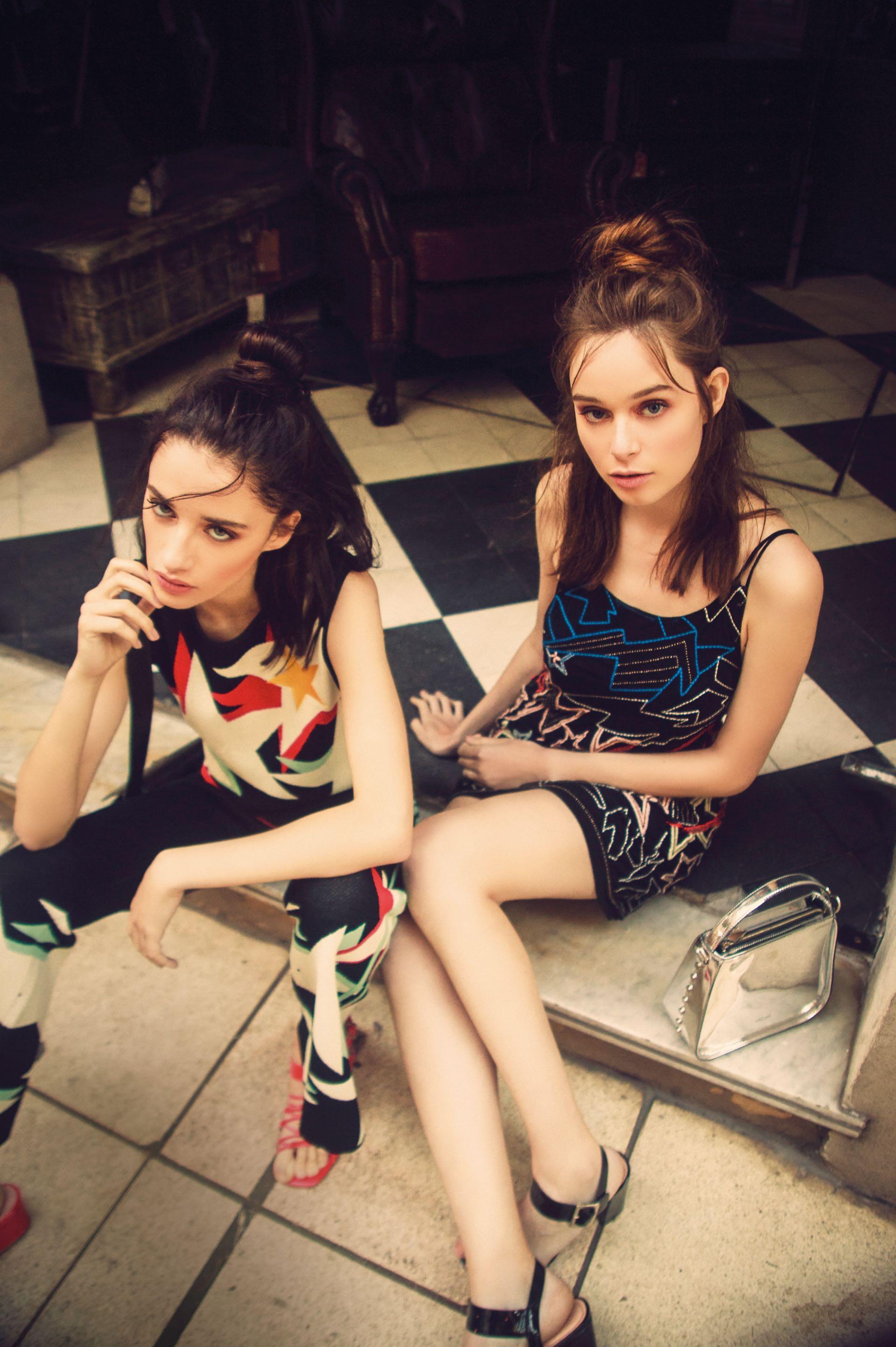 Magda: top tejido con estampa y pantalón ancho (Cher), sandalias entretejidas ($ 4.100, Uma). Sofi: vestido bordado con espalda descubierta ($ 4.800, Kosiuko), cartera metalizada ($ 2.390, Prüne) y sandalias ($ 2.850, a pie).