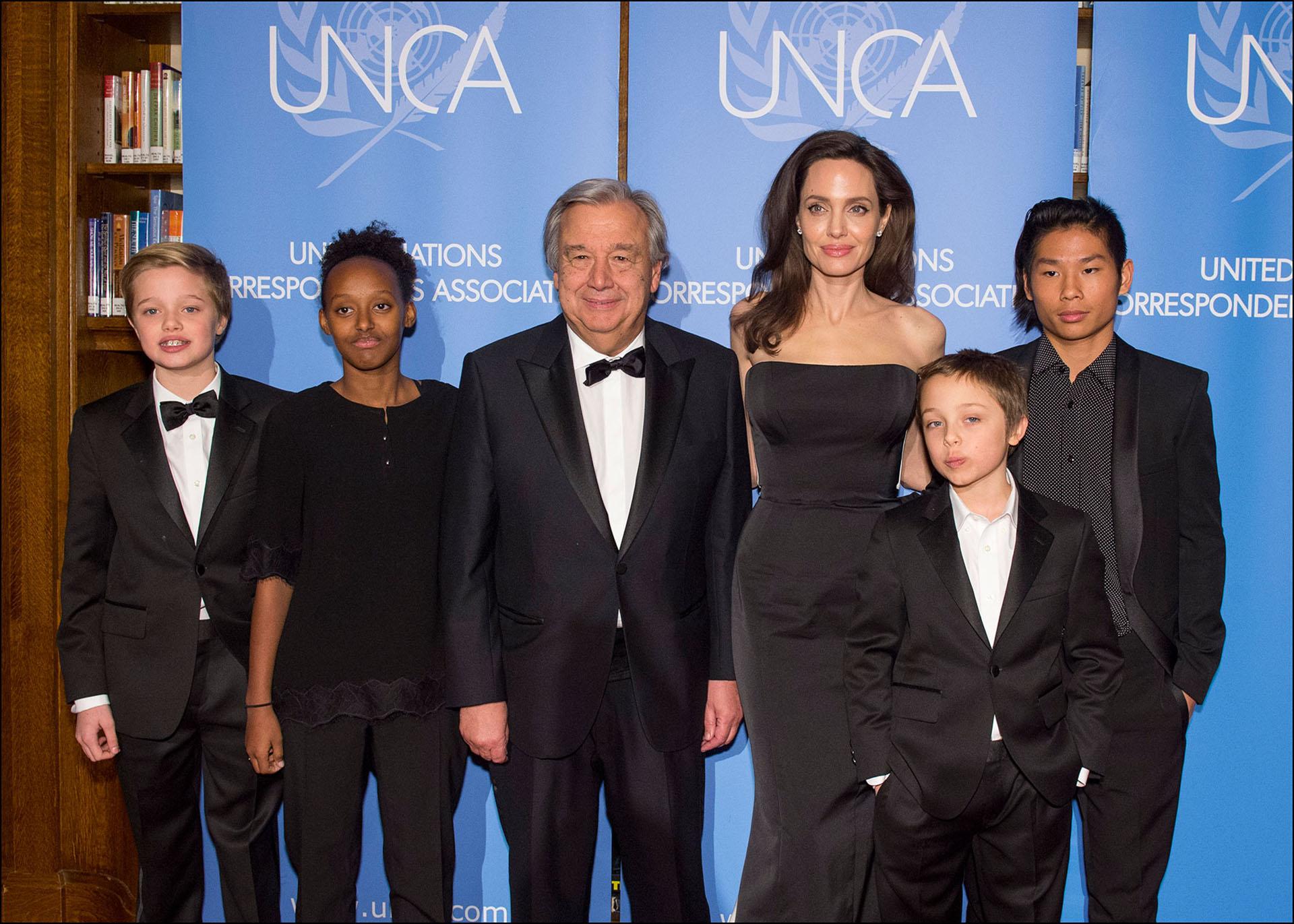 Angelina Jolie, ganadora del Premio Ciudadano Mundial del Año 2017 de UNCA, y detrás de esa gran mujer… sus hijos cada vez más grandes: Pax, Zahara, Shiloh y Knox.