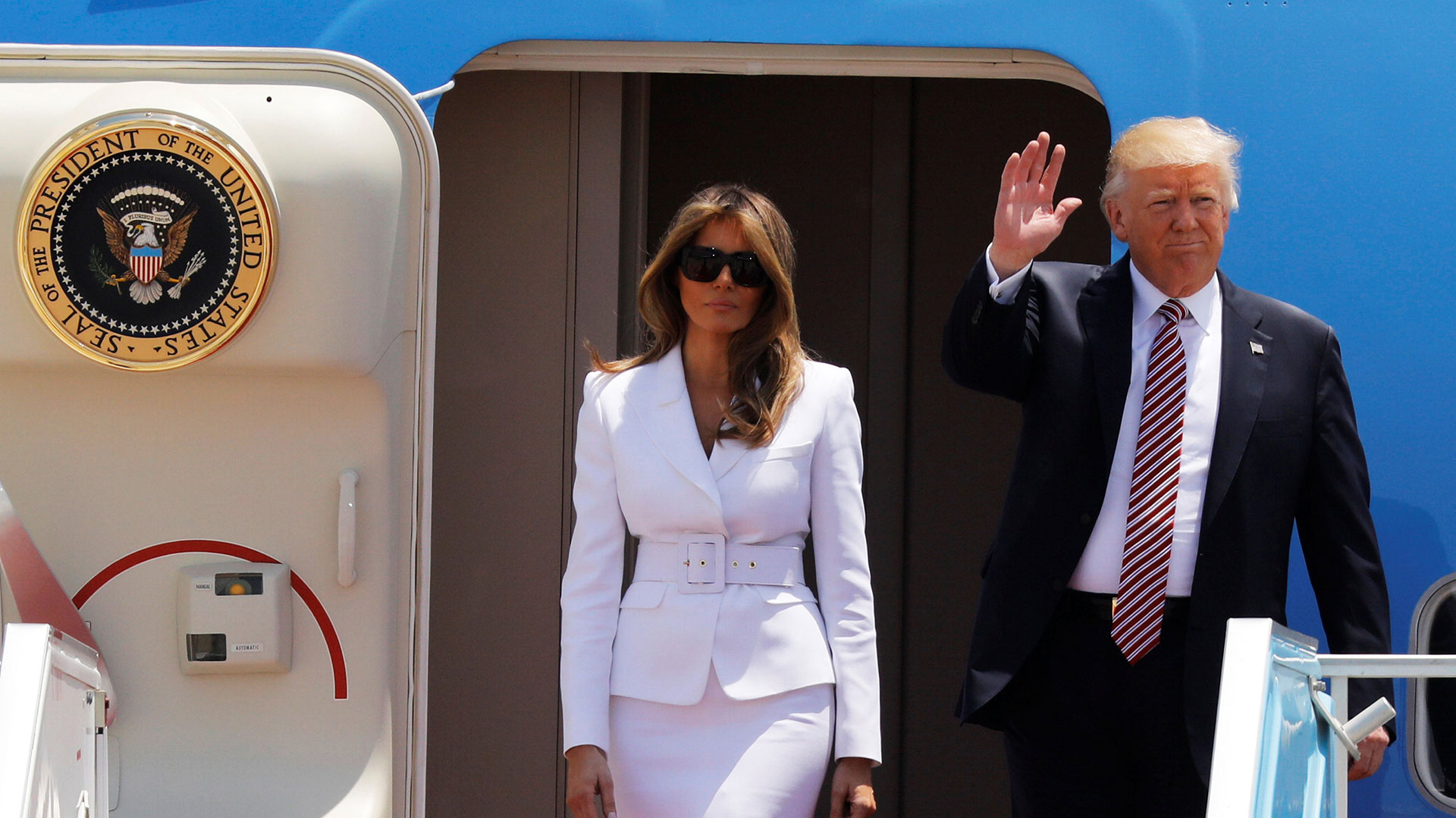 Donald Trump y su esposa Melania, a bordo del Air Force One (Reuters)