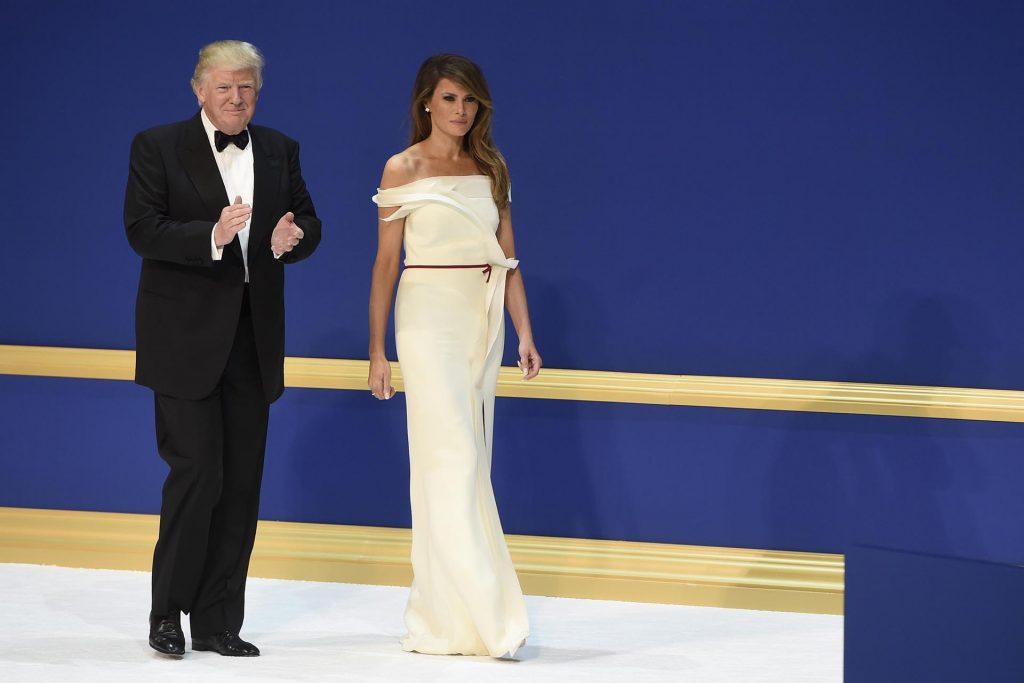 20 de enero en la ceremonia de la investidura, Melania elegante y refinada con un vestido de Hervé Pierre