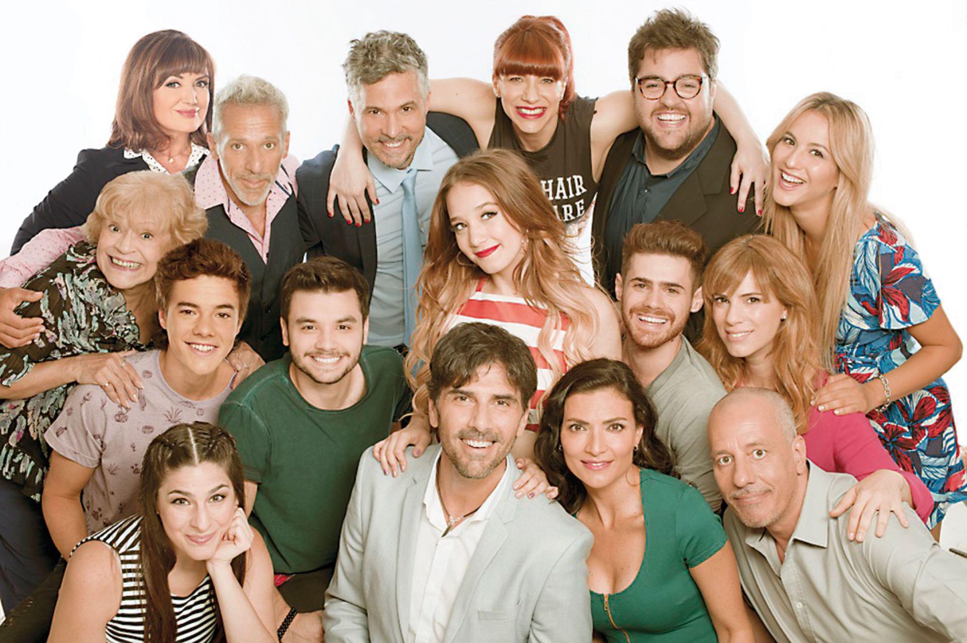Flor con todo el elenco de Simona, la tira de El Trece próxima a estrenarse.