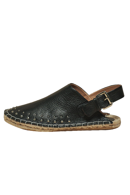 Sandalias de cuero sin talón ($ 2.400, Uma).