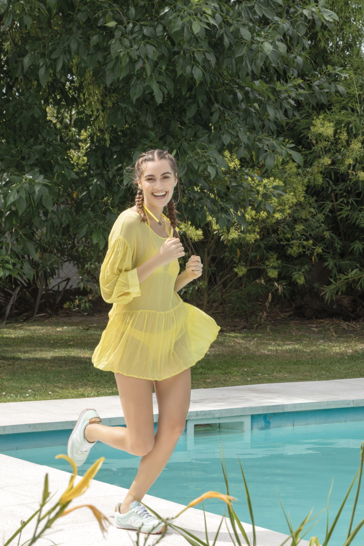 Vestido traslúcido (Cher), bikini triángulo y bombacha y zapatillas ($ 1.999, New Balance). Foto Fernando Venegas