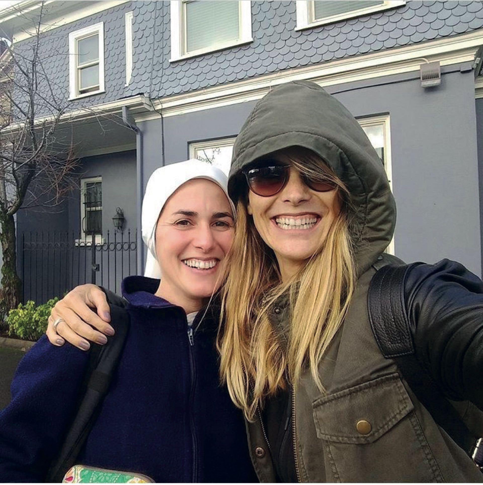 Con su hermana María de la Paz, que es misionera religiosa en Oregon, USA.