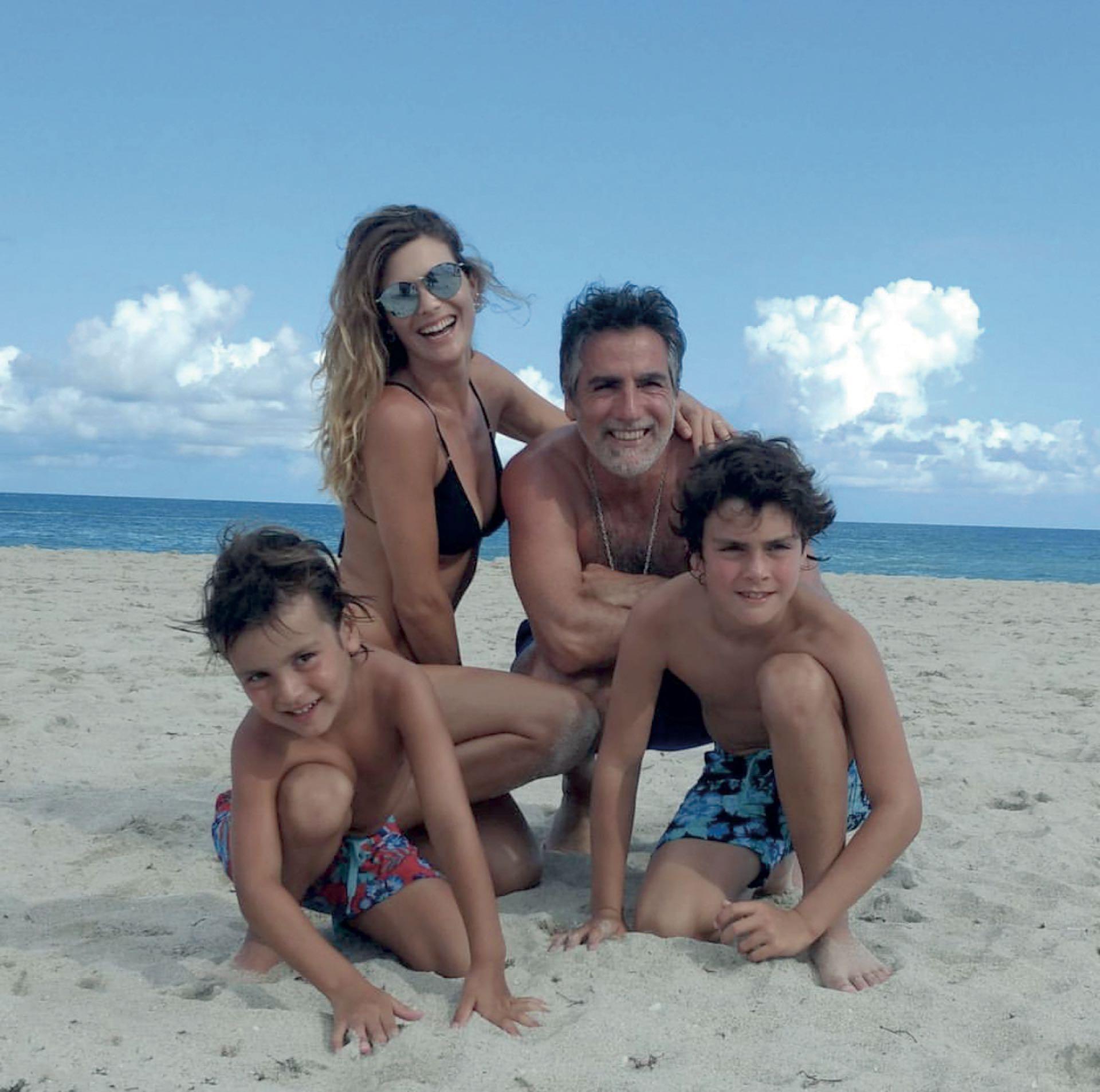 Junto a su familia, su marido Paul García Navarro y sus hijos Benjamín y Gerónimo.