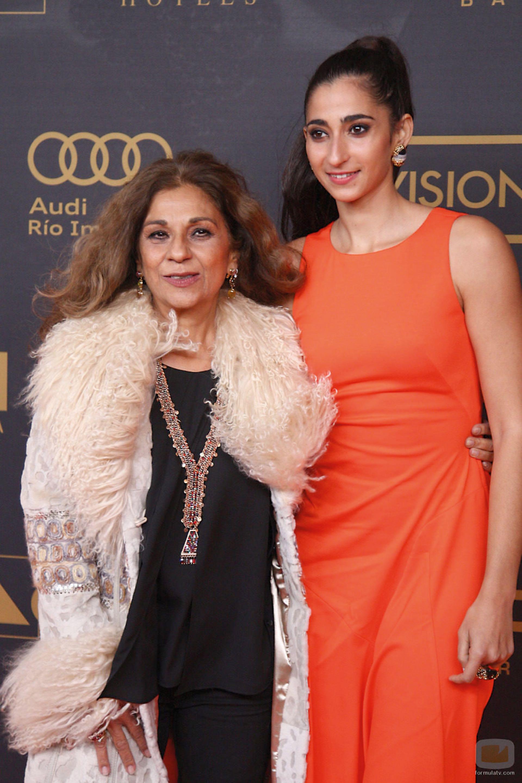 Alba y su tía la cantante Lolita Flores en los Premios Onda 2015.