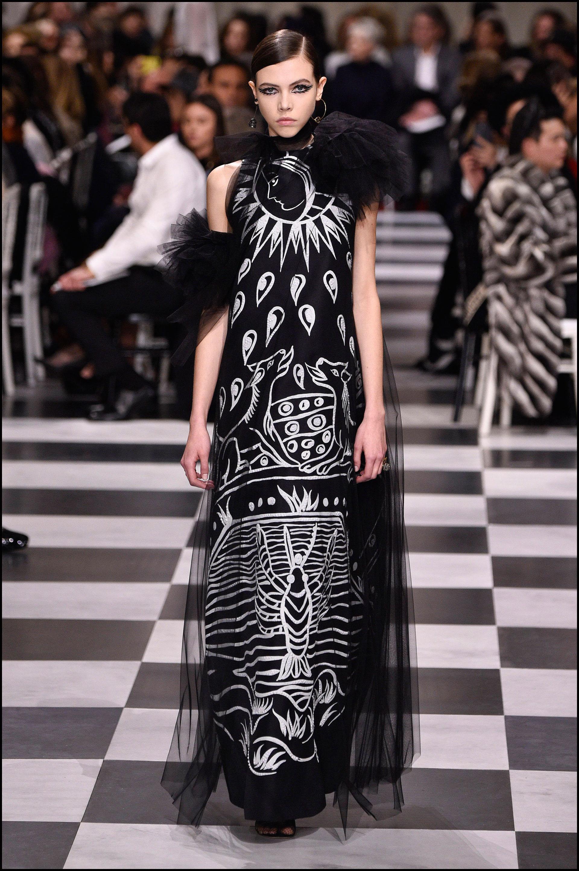 Vestido largo negro con estampado blanco que hace referencia al tarot y la astrología.