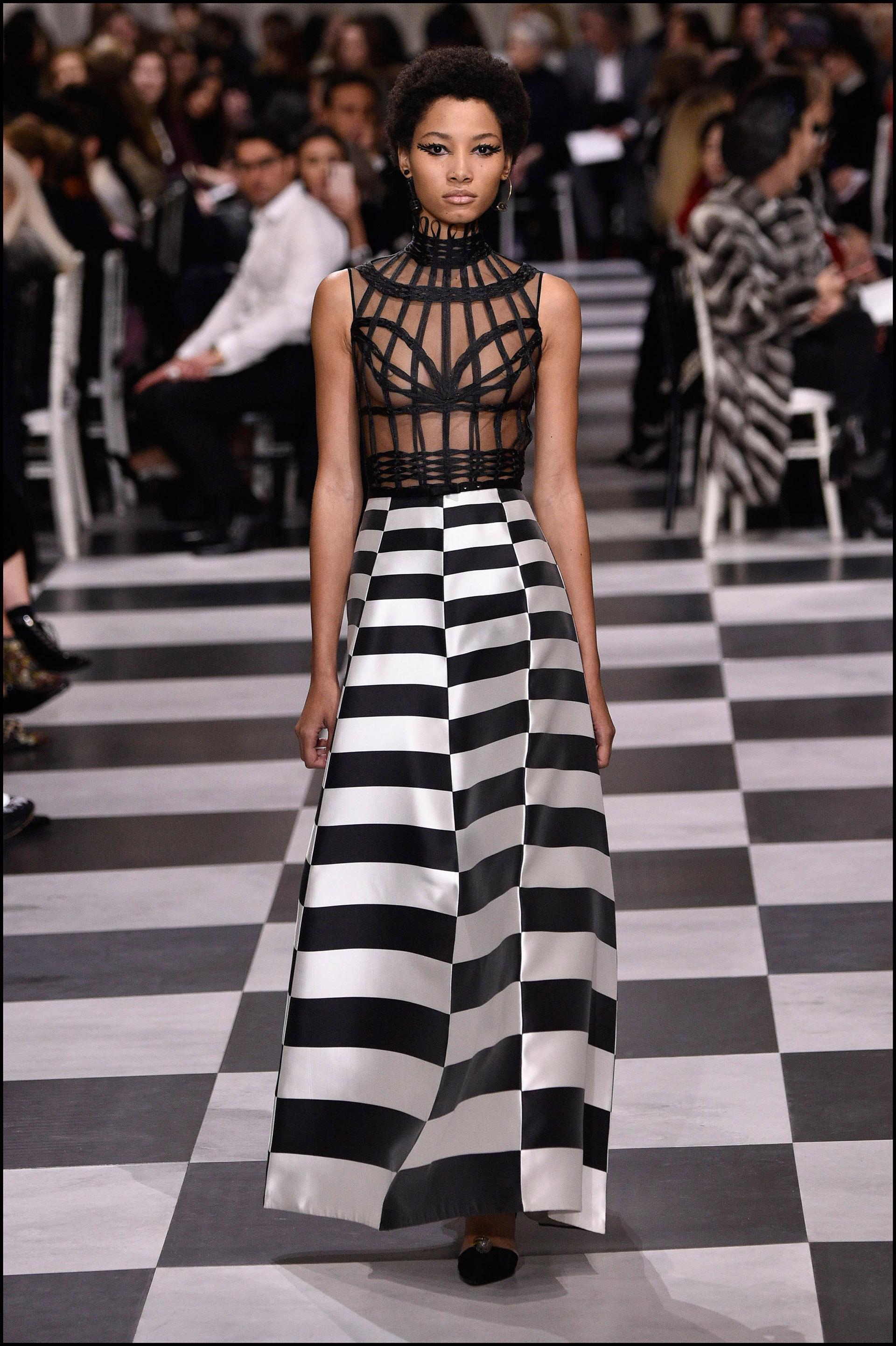 La colección de Dior fue arquitectónica y moderna, y se inspiró en Leonor Fini, artista surrealista argentina.